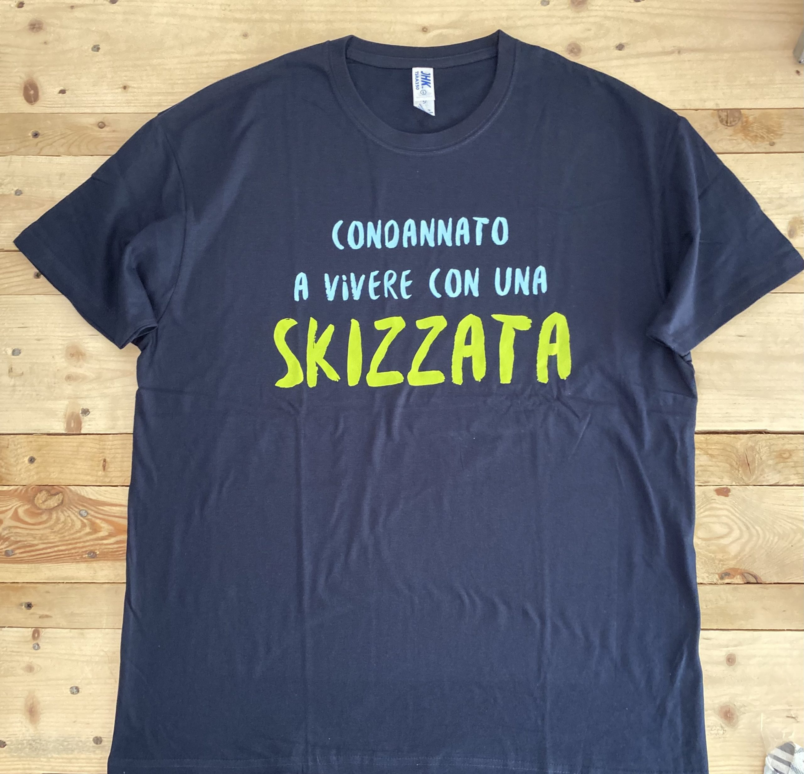 Maglietta – Condannato a vivere con una Skizzata – Taglia L